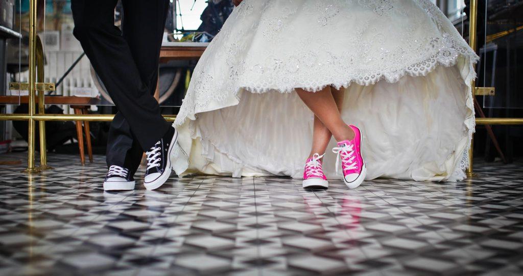 ślub cywilny w plenerze dodatki i suknia