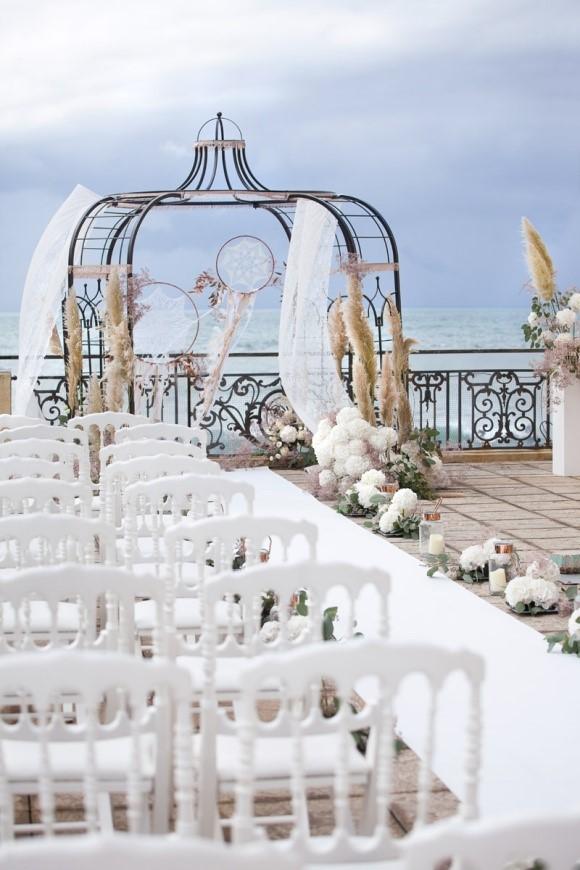 udekorowane miejsce zaślubin w plenerze