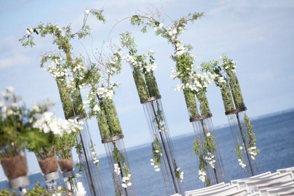 stojące dekoracje z kwiatami