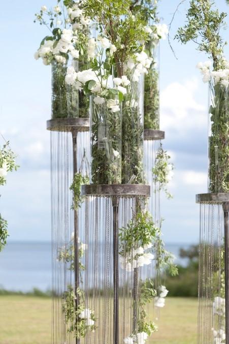 kwiaty w szklanych tubach na wesele