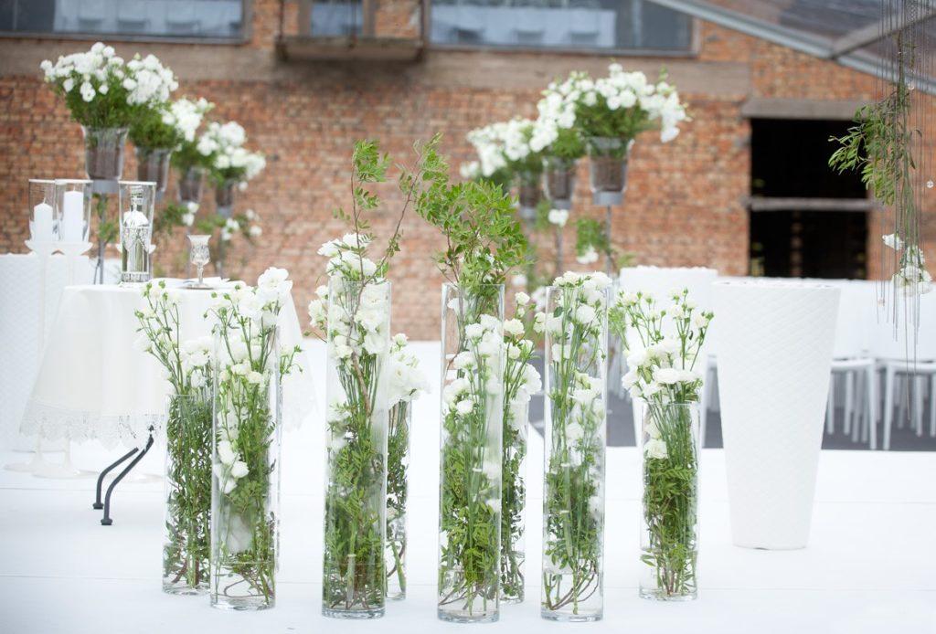 szklane wazony z kwiatami