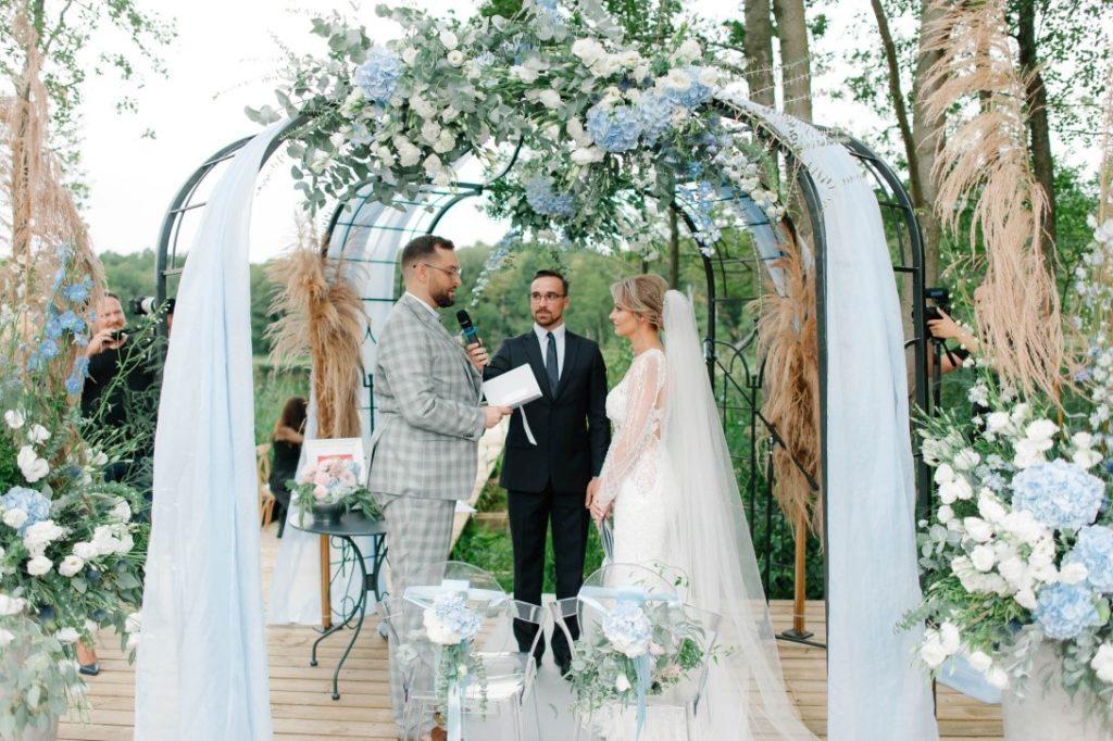 łuk ślubny z kwiatami