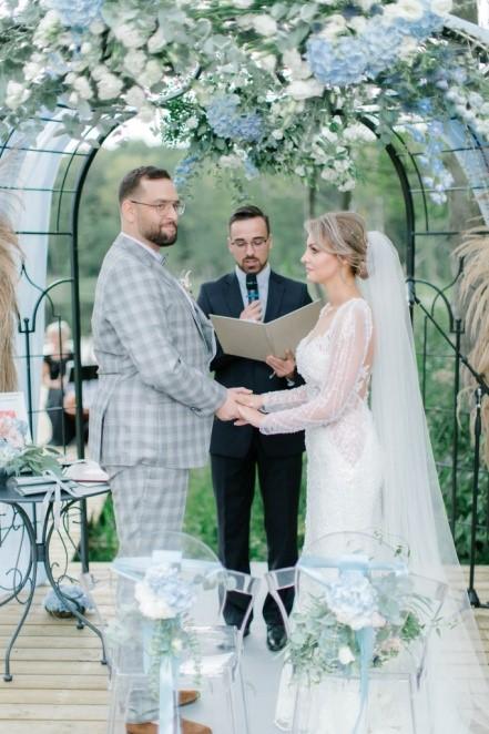 para młoda pod ozdobionym łukiem weselnym