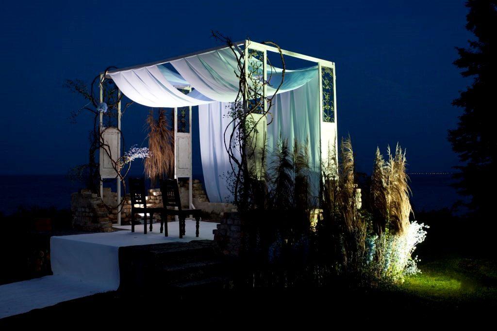 ślubna altana nocą