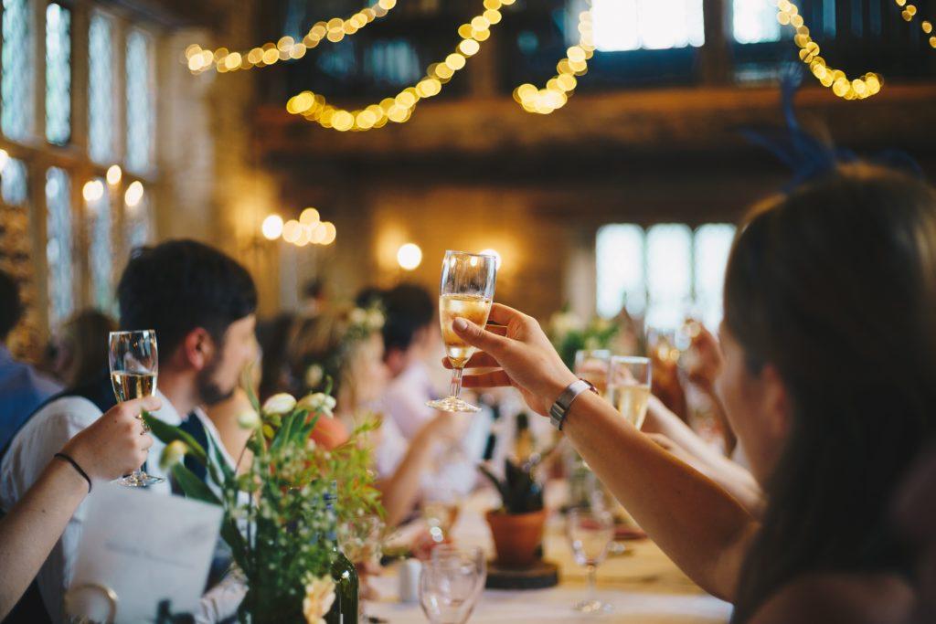 zadowoleni goście weselni