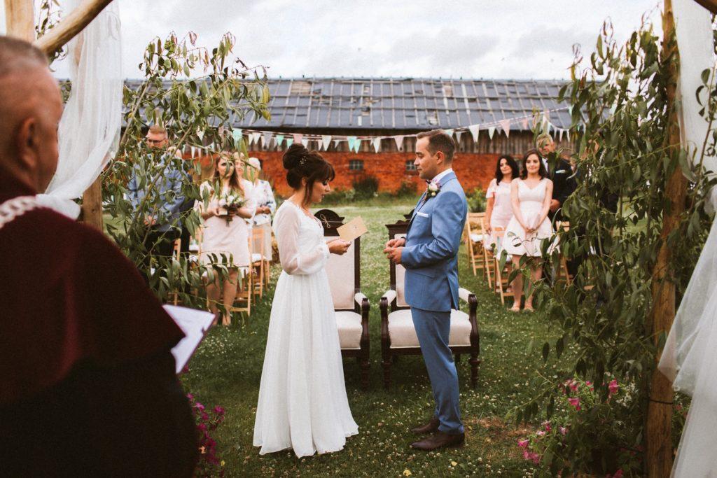młoda para przed rustykalnym ołtarzem